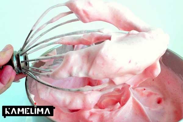 موس توت فرنگی بدون ژلاتین را با هم ترکیب کنید