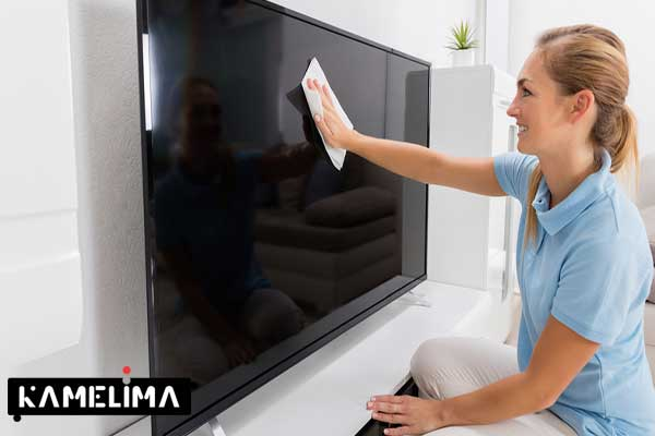حذف گرد و غبار با پارچه میکروفیبر برای تمیز کردن تلویزیون